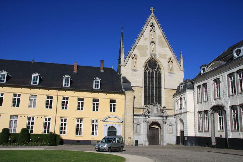 Abbey church entrance from the Cour d'honneur